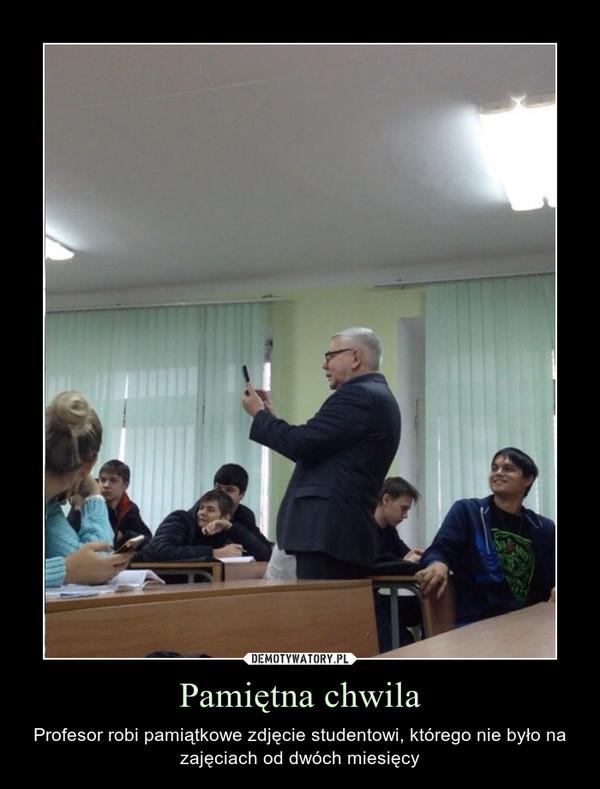 Pamiętna chwila – Profesor robi pamiątkowe zdjęcie studentowi, którego nie było na zajęciach od dwóch miesięcy