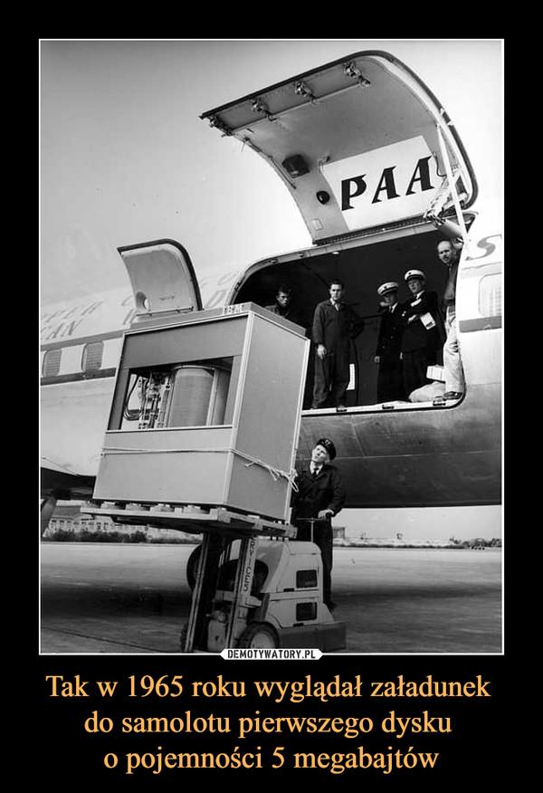 Tak w 1965 roku wyglądał załadunek do samolotu pierwszego dysku o pojemności 5 megabajtów –