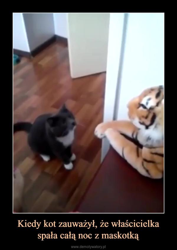 Kiedy kot zauważył, że właścicielka spała całą noc z maskotką –