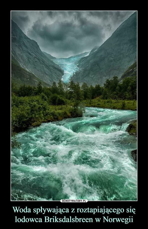 Woda spływająca z roztapiającego się lodowca Briksdalsbreen w Norwegii –