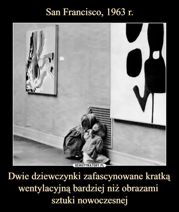Dwie dziewczynki zafascynowane kratką wentylacyjną bardziej niż obrazami  sztuki nowoczesnej –