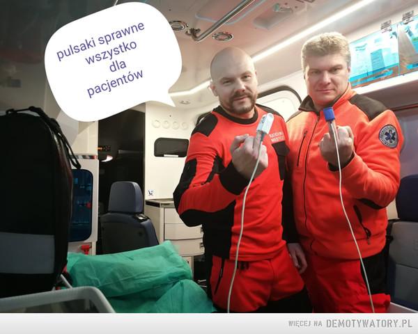 ratownicy medyczni ponad podziałami – Gdzieś w Polsce... Pani poseł meldujemy, że sprzęt jest sprawny. Z wyrazami współczucia ratownicy ponad podziałami Kuba i Sebek.