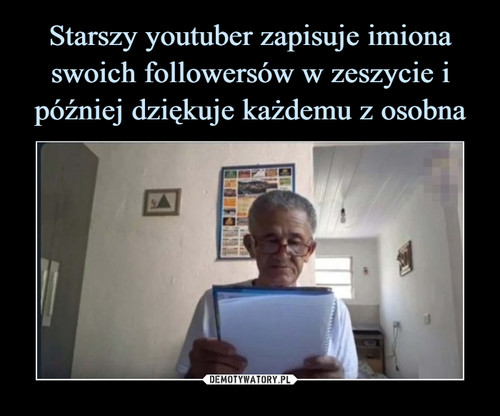 Starszy youtuber zapisuje imiona swoich followersów w zeszycie i później dziękuje każdemu z osobna