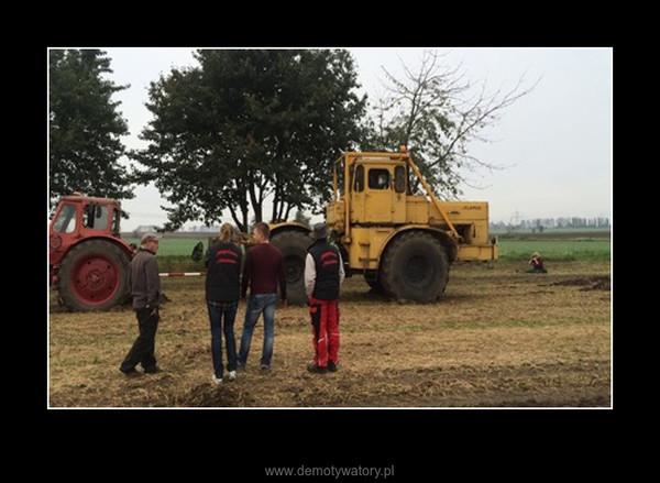 Rosyjski ciągnik kontra dwa białoruskie ciągniki –