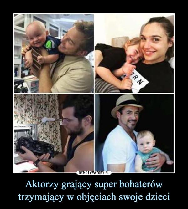 Aktorzy grający super bohaterów trzymający w objęciach swoje dzieci –