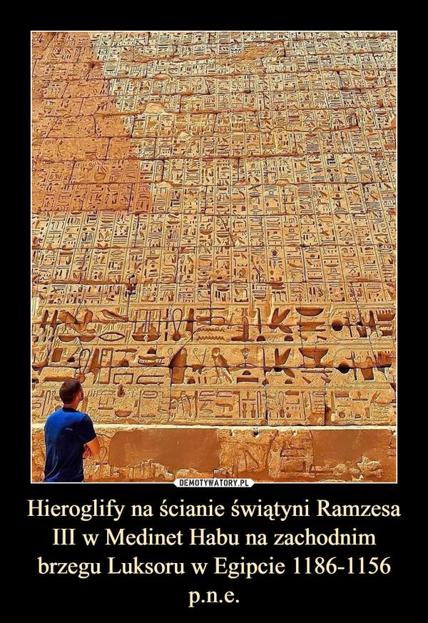 Hieroglify na ścianie świątyni Ramzesa III w Medinet Habu na zachodnim brzegu Luksoru w Egipcie 1186-1156 p.n.e. –