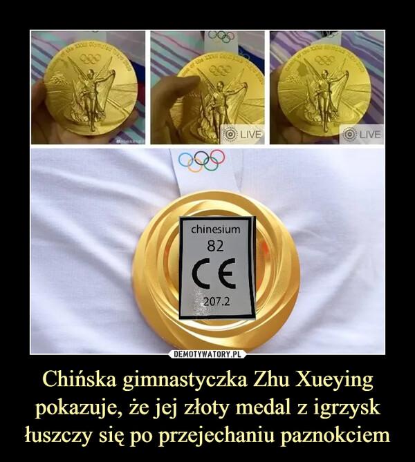 Chińska gimnastyczka Zhu Xueying pokazuje, że jej złoty medal z igrzysk łuszczy się po przejechaniu paznokciem –